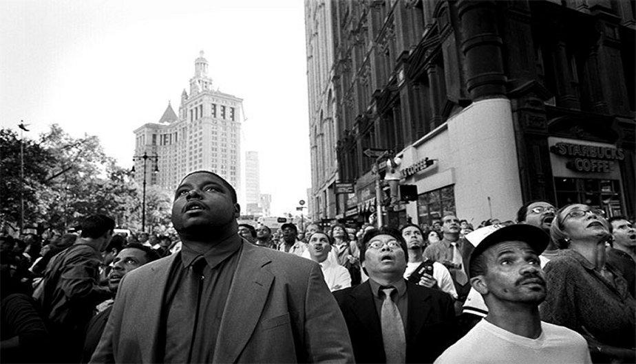 Ciudadanos ven cómo se desploma una de las torres. (Foto: Watching the World Change: The Stories Behind the Images of 9-11 / David Friend)
