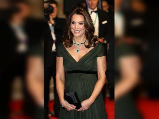 Foto 12: La duquesa de Cambridge Kate Middlenton llamó la atención por ir vestida de verde. (Foto: Getty Images)